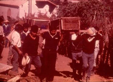 Carrying members to the Patzicía cemetery.