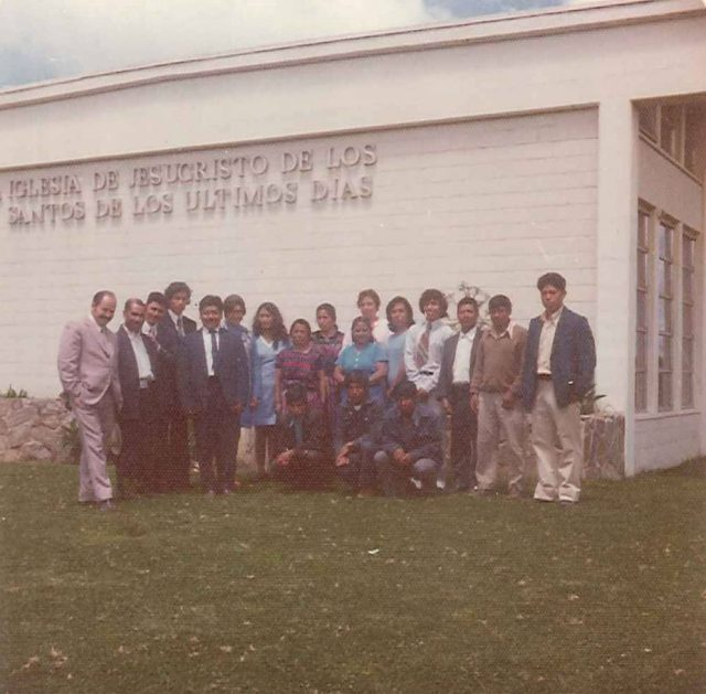 District visitors. Back row (left to right): unknown, Daniel Mich, Mario Samora (1st counselor), Fulgencio Choy (2nd counselor), Miguel Angel Batz (district president), unknown, unknown, María Socorro de Mich, Feliza Choy, unknown, unknown, unknown, Carlos Ovando, Domingo Choc, Domingo Solomán, Gabino Choy. Front row: Carlos Choc, Joel Ordoñez, Alejandro Choc.