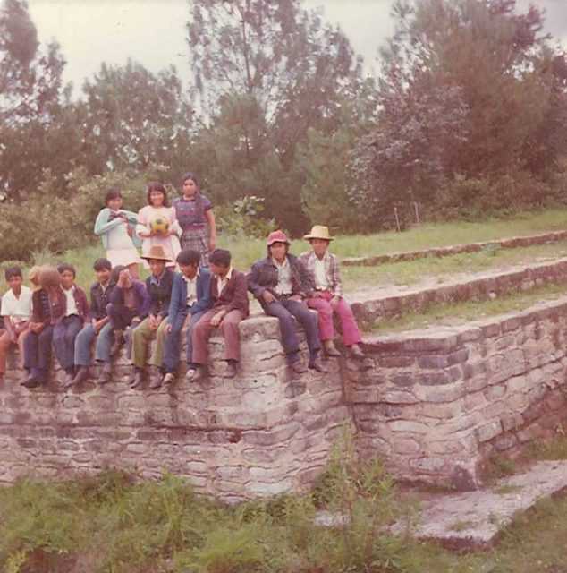 LDS youth at Iximche. Maricela Can Macú, Marina Ofelia Can Macú, Lidia Choy, Lazaro Cua, unknown, Cesar Sisimit, Martín Per, Ruben Can Macú, Ezequiel Choy, Julio Cesar Solomán, Santiago Merén, Austín Choc, José Trinidad Miculax hijo.